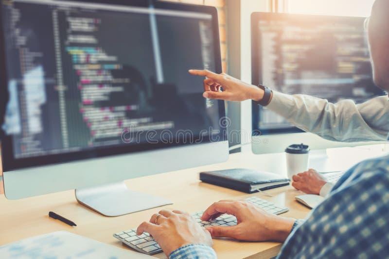 Ontwikkelt het ontwerp van programmeursteam development website en coderend technologieën die in het bureau van het softwarebedri stock afbeelding