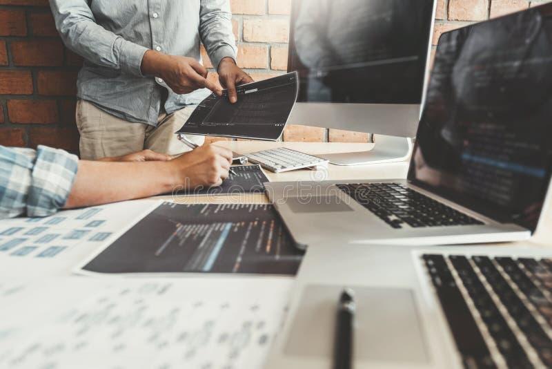 Ontwikkelt het ontwerp van programmeursteam development website en coderend technologieën die op het kantoor van het softwarebedr royalty-vrije stock fotografie