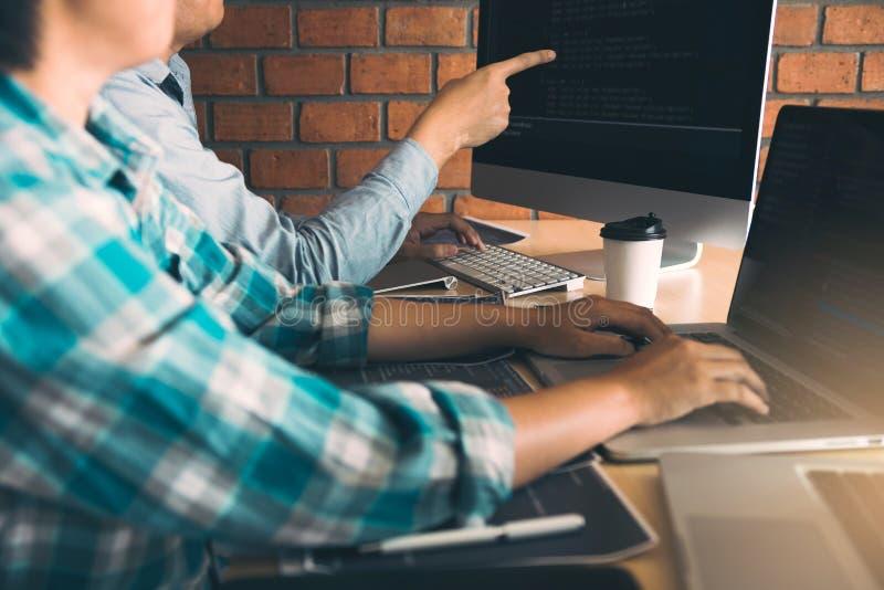 Ontwikkelt programmering en coderend technologie?n die in een softwareingenieurs werken die toepassingen samen in bureau ontwikke stock afbeelding