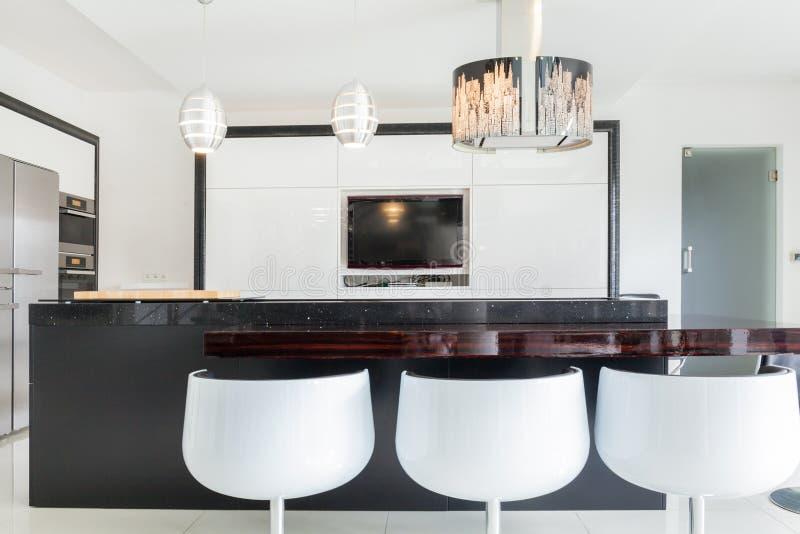 Ontworpen keuken in ruim huis royalty-vrije stock afbeelding