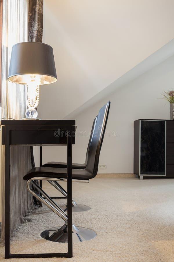 Ontworpen meubilair in duur huis stock afbeelding