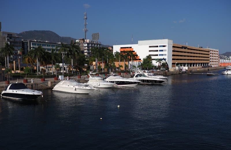 Ontzagwekkend panorama van jachten bij baai van Mexicaanse stad van Acapulco in het landschap van Mexico stock foto