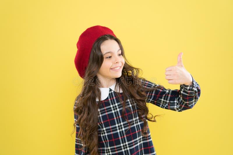 Ontzagwekkende keus Het meisjeskind toont duim op gebaar Het jonge geitje toont duim Gelukkige het meisje adviseert hoogst Tevred stock foto