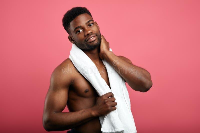 Ontzagwekkende sexy sportman die een rust na training heeft royalty-vrije stock fotografie