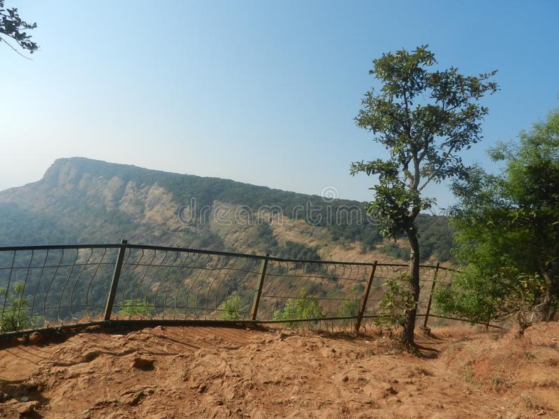 ontzagwekkende valleimening met traliewerk met rond groen allen stock afbeeldingen