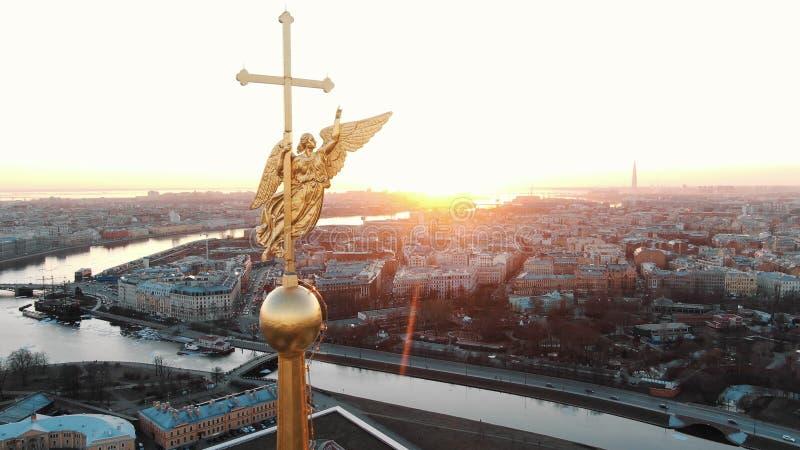 Ontzagwekkende vlucht op hommel over Peter en Paul Fortress in St. Petersburg bij zonsondergang stock foto's