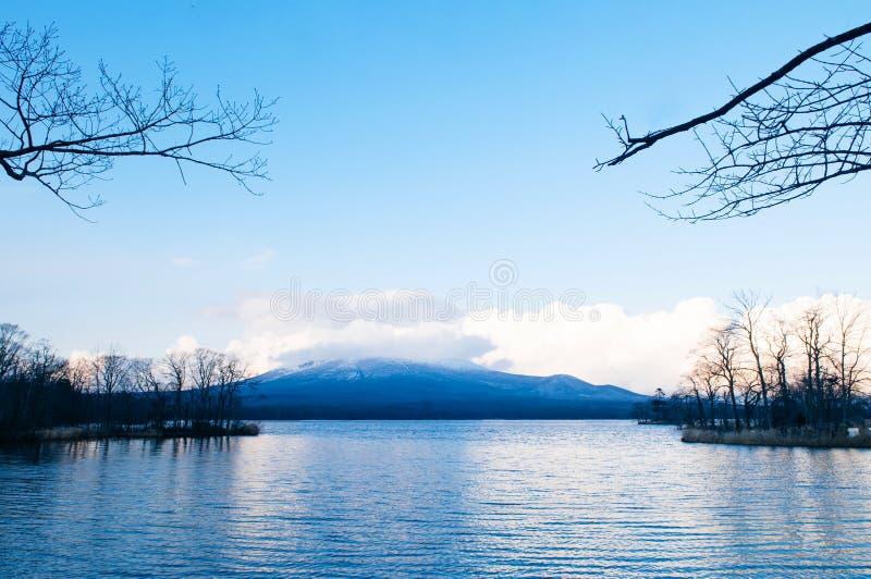Onuma Koen Quasi - nationalparkssjö i fredliga kalla vintrar med bergsvy Hakodate, Hokkaido - Japan fotografering för bildbyråer