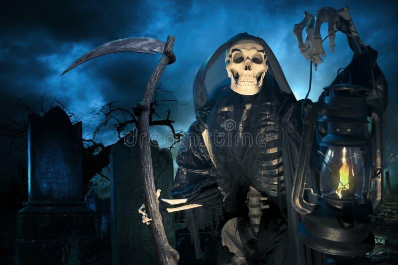 Onverbiddelijke reaper/engel van dood met lamp bij nacht stock fotografie