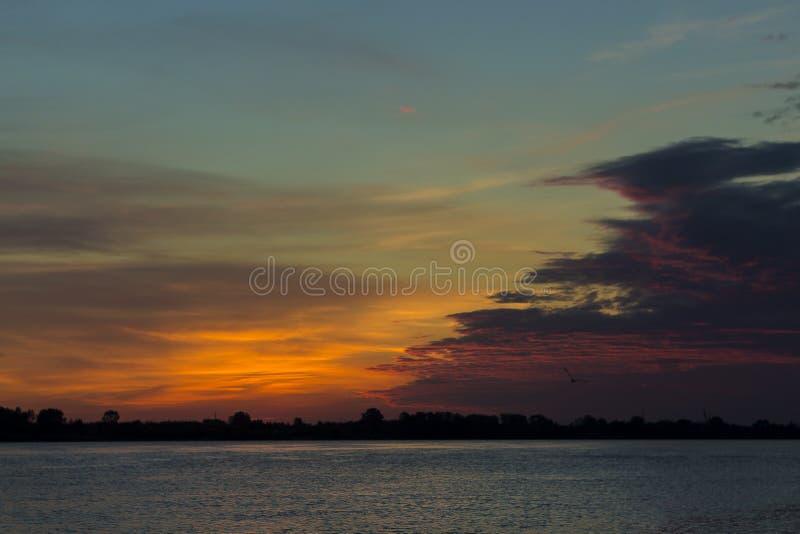 Onvergetelijke de zomeravond, met een mooie zonsondergang en een warme rivier royalty-vrije stock afbeeldingen