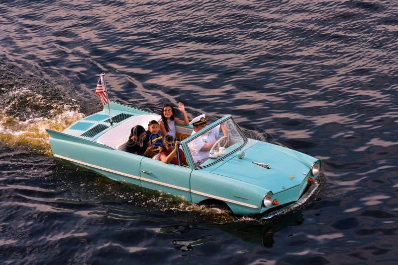 Onvergetelijke en opwindende ervaring van een Captain's-Rondleiding in een uitstekende Amfibische auto royalty-vrije stock afbeeldingen