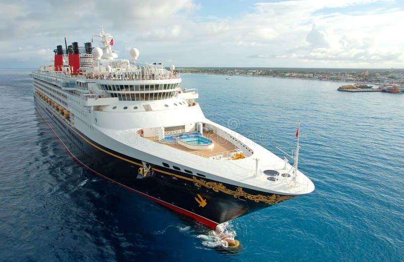 Onvergetelijke vakantie aan boord van moderne cruisevoering royalty-vrije stock foto's