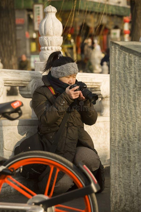 Onverwacht portret van een juffrouwfotograaf stock afbeelding