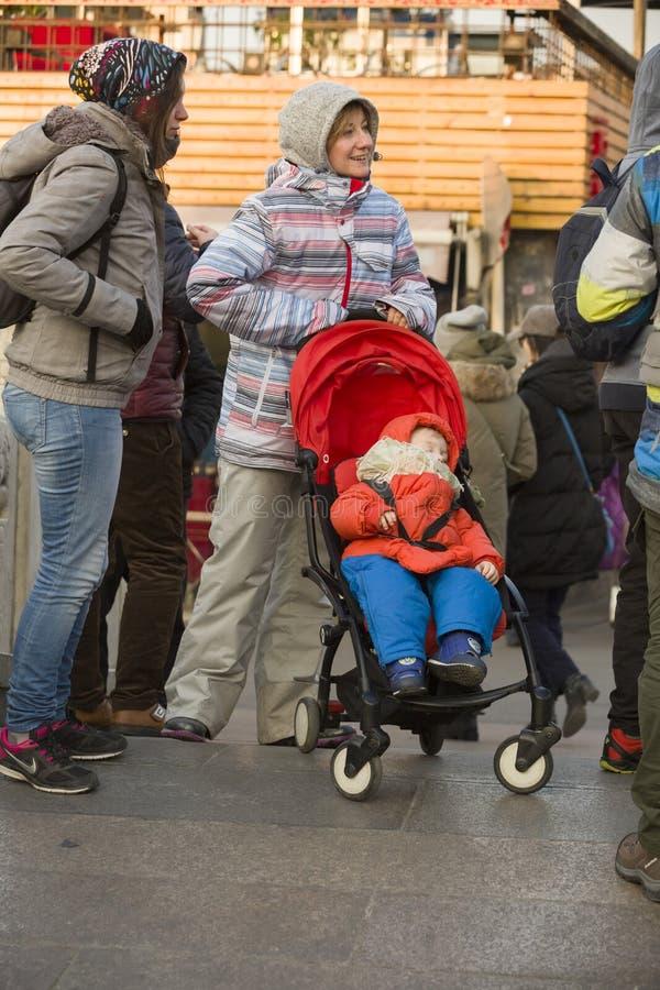Onverwacht portret van een reizende moeder en een baby stock afbeeldingen