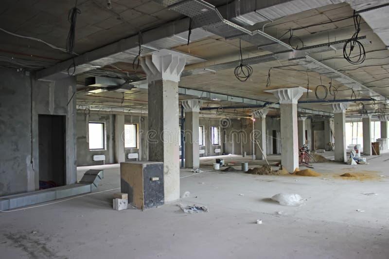 Onvolledig binnenland van commercieel centrum in aanbouw in gre stock foto