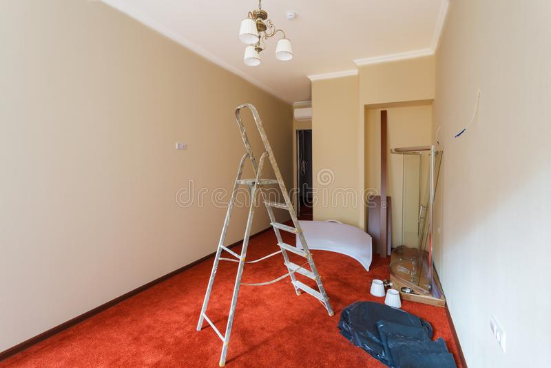 Onvolledig binnenland van verbeteringsruimte met ladder en delen van douchecel tijdens op het remodelleren, het vernieuwen, uitbr royalty-vrije stock foto