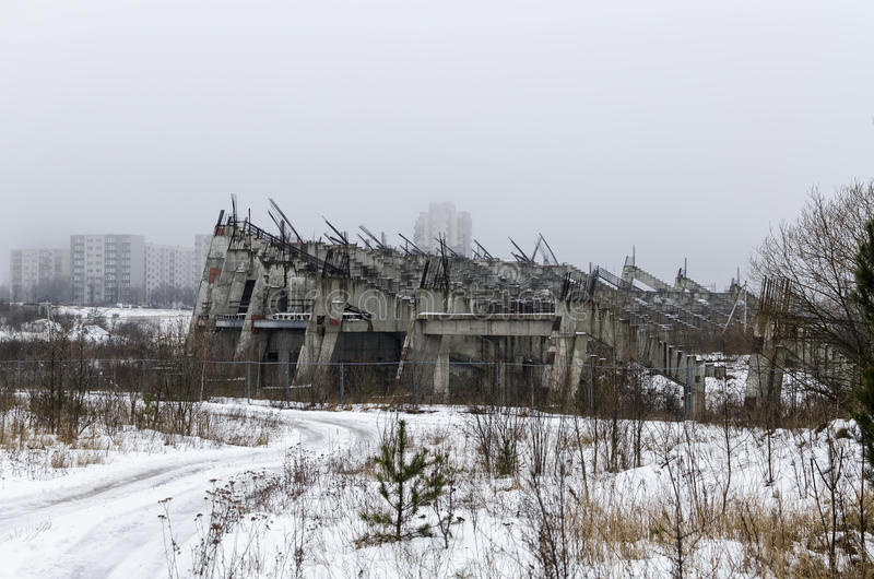 Onvolledig en verlaten stadion stock afbeelding