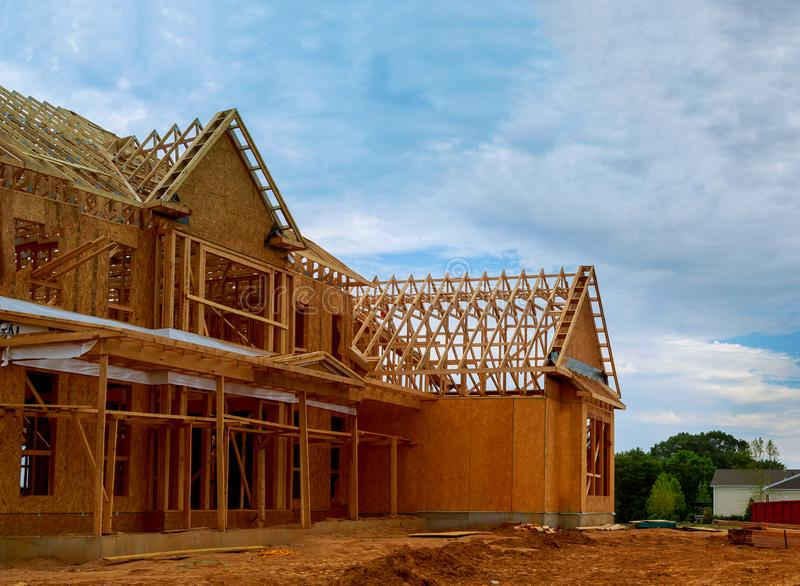 Onvolledig houten kader bouw of ontwerpende straal van nieuw huis royalty-vrije stock foto