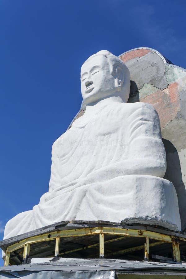 Onvolledig standbeeld van Boedha op Onderstel Kachkanar in het Oeralgebergte stock foto