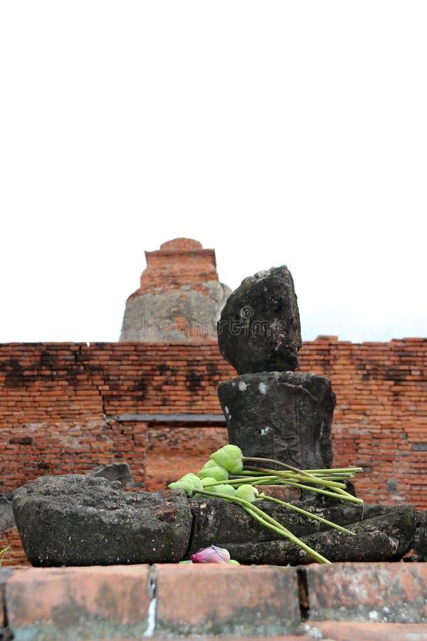 Onvolledig van oude steen Boedha met lotusbloembloem op de overlapping in de ruïnes en de oude overblijfselen bij Wat Worachet-te royalty-vrije stock foto
