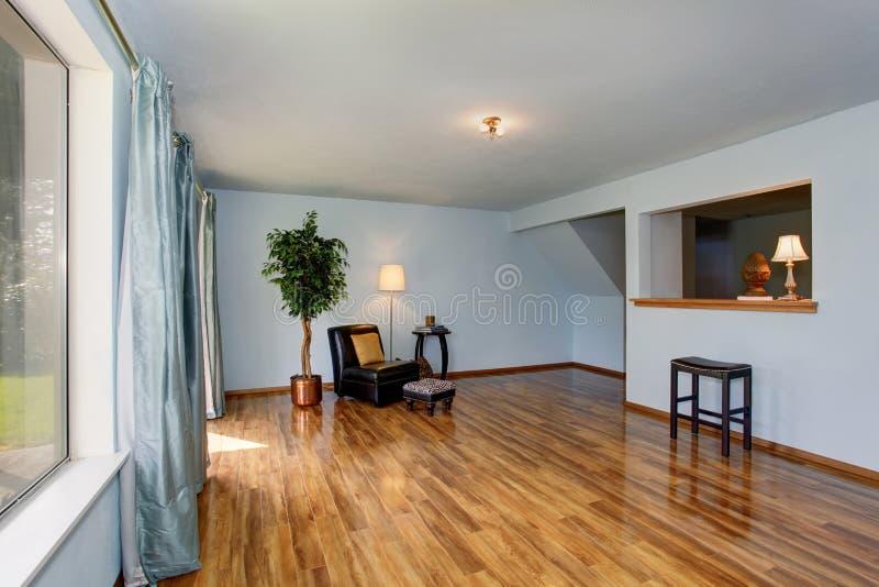 Onvolledig woonkamerbinnenland met blauwe muren en blauwe gordijnen stock foto's