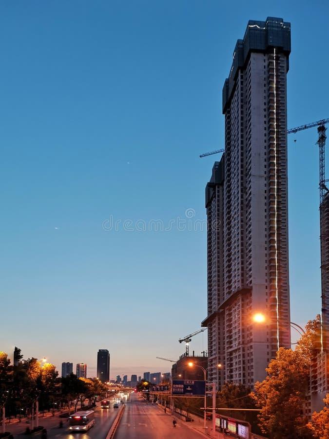 Onvolledige commerciële flats in de zonsondergang, w royalty-vrije stock foto