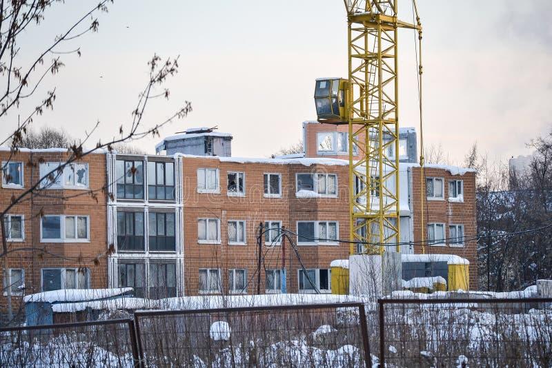 Onvolledige en verlaten bouwwerf van een flatgebouw Rusland stock foto