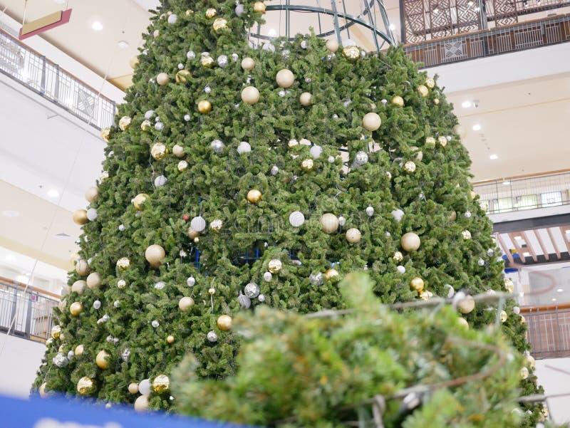 Onvolledige Kerstmisboom die en wordend klaar voor de vakantie te komen worden gebouwd royalty-vrije stock foto's