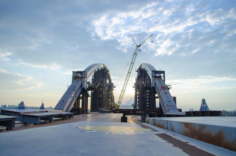 Onvolledige metaalbrug Verlaten industrieel landschap bij zonsondergang royalty-vrije stock afbeeldingen