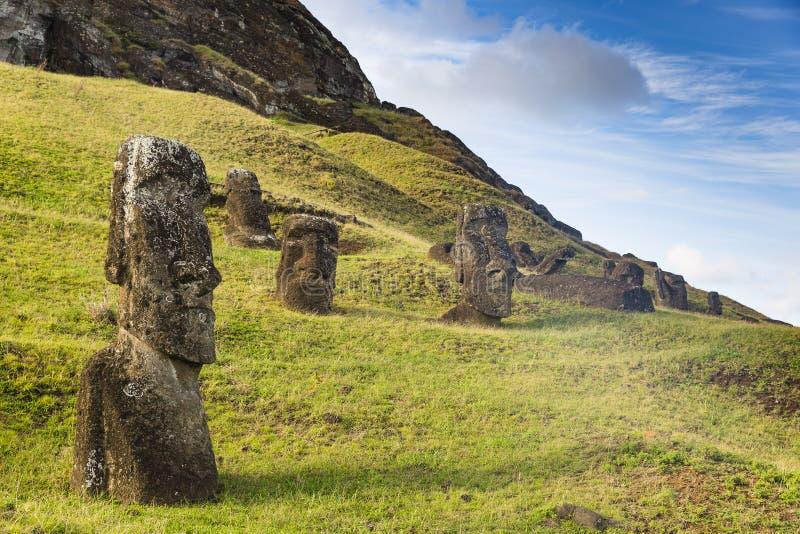 Onvolledige Moai-standbeelden in een steengroeve royalty-vrije stock afbeelding