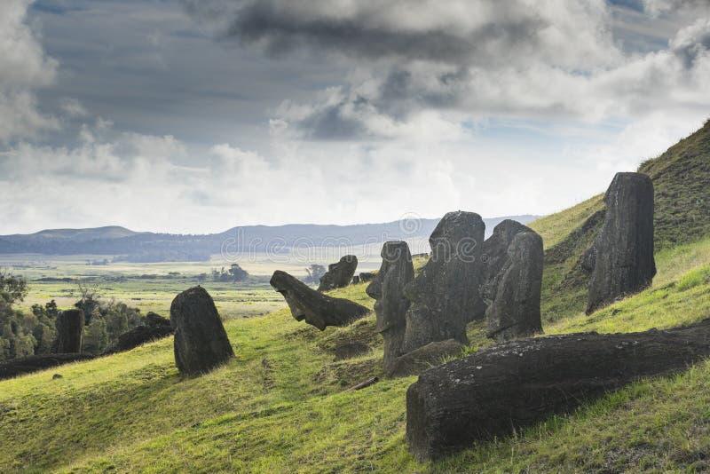 Onvolledige Moai-standbeelden in een steengroeve royalty-vrije stock foto