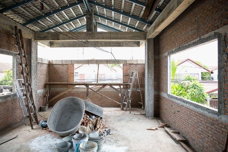Onvolledige ruimte in vernieuwd huis met drie vensterdozen stock foto