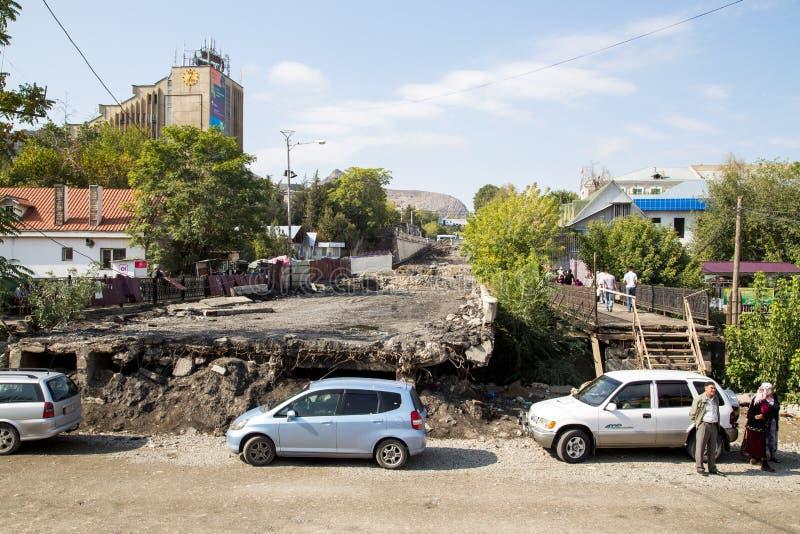 Onvolledige weg in Osh, Kyrgyzstan royalty-vrije stock afbeeldingen