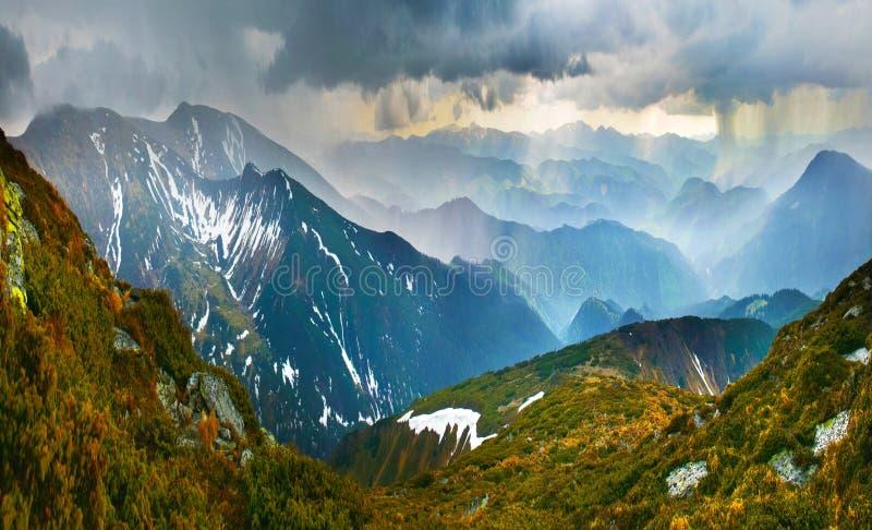 Onweer in bergen stock foto