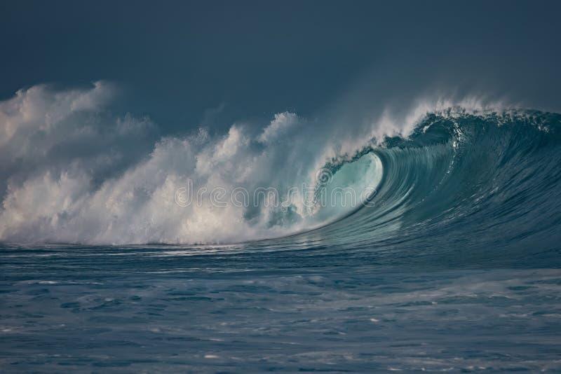 Onweer bij de oceaan Zeewater in ruwe voorwaarden stock foto's