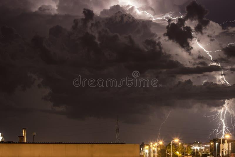 Onweer boven Zagreb stock foto's