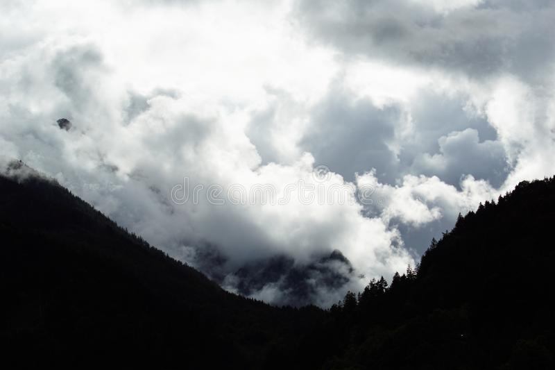 Onweer in de bergen stock afbeeldingen