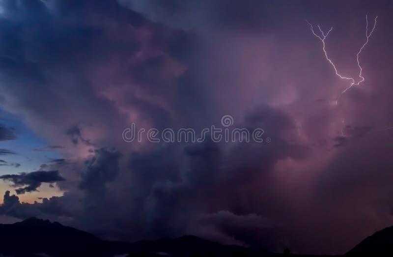 Onweer in de bergen Onweerswolken over snow-capped bergen royalty-vrije stock afbeeldingen