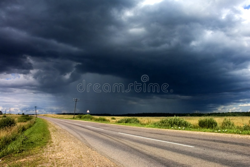 Onweer dichtbij de landweg royalty-vrije stock foto