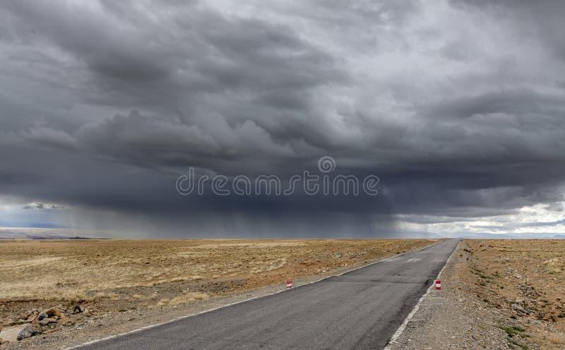 Onweer dichtbij door weg in het plateau van Tibet stock afbeeldingen