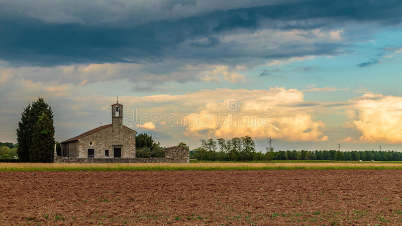 Onweer die een kleine kerk op de gebieden bereiken royalty-vrije stock fotografie