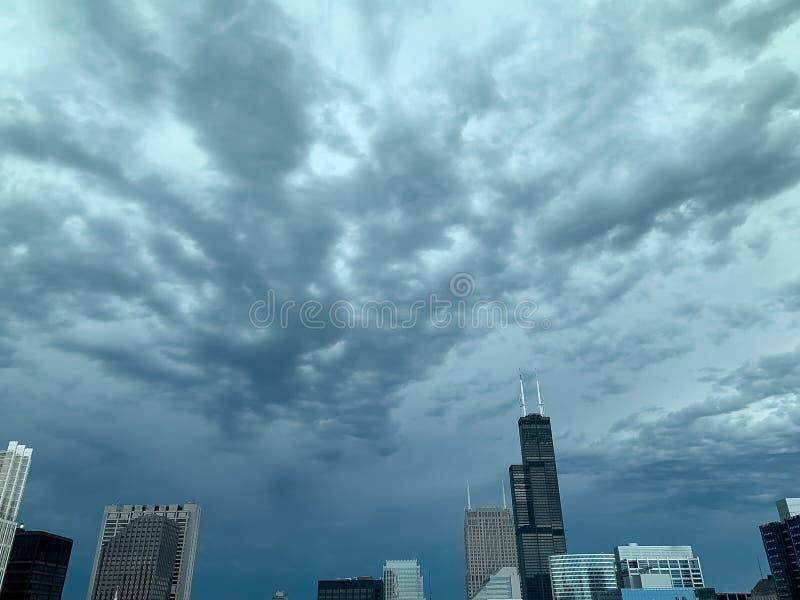 Onweer die in over de wolkenkrabbers van Chicago tegen een dramatische hemel rollen royalty-vrije stock fotografie