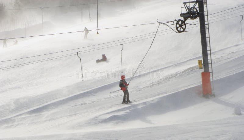 Onweer door de skilift stock foto's