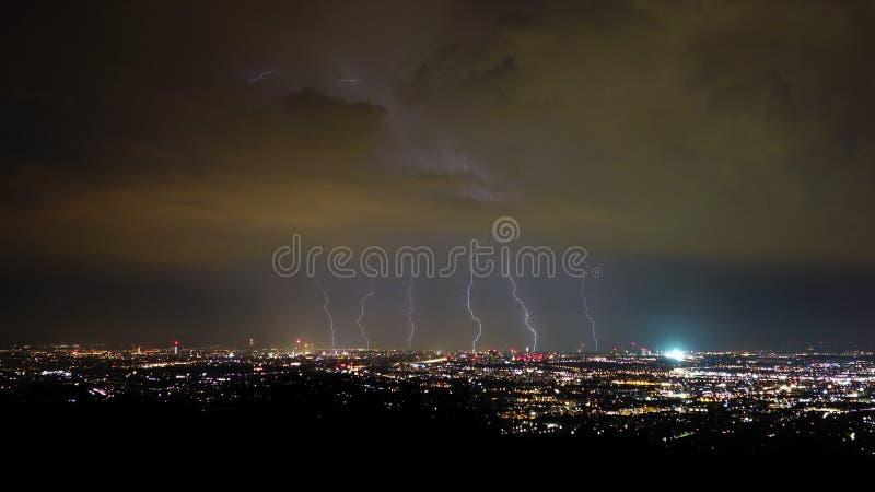 Onweer en bliksem in de nacht, de Stad van Wenen, Oostenrijk stock afbeelding