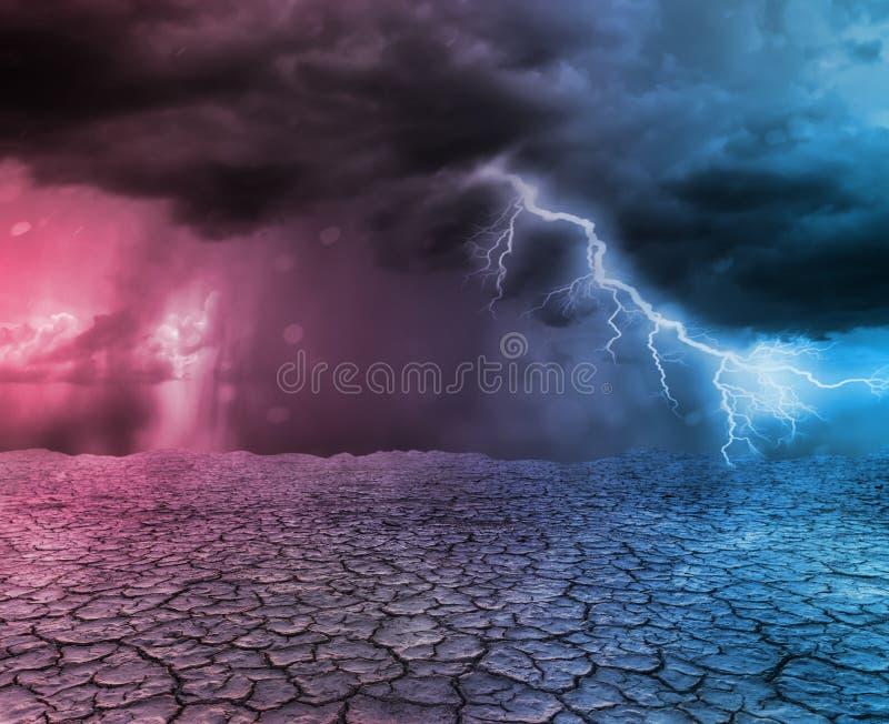Onweer en donder in woestijn stock afbeelding