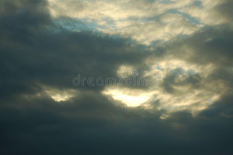 Onweer het brouwen in de hemel stock foto's