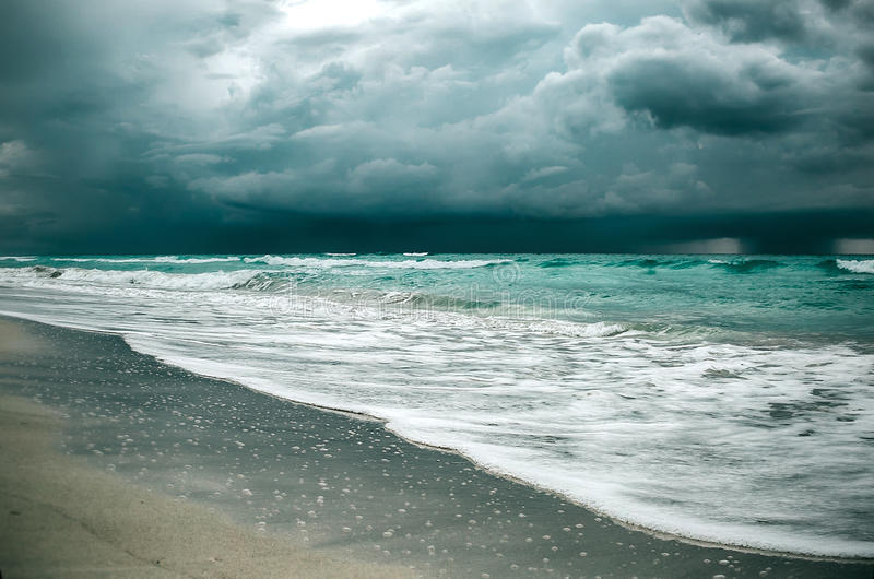 Onweer in oceaan royalty-vrije stock afbeeldingen