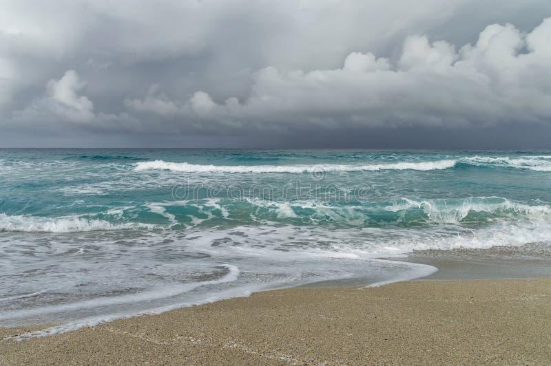 Onweer op de Atlantische kust, strandflard, golven, schuim, lage wolken over de oceaan royalty-vrije stock fotografie
