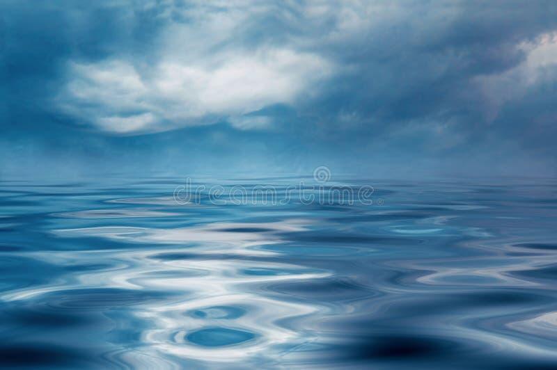 Onweer op de oceaan. royalty-vrije stock afbeelding