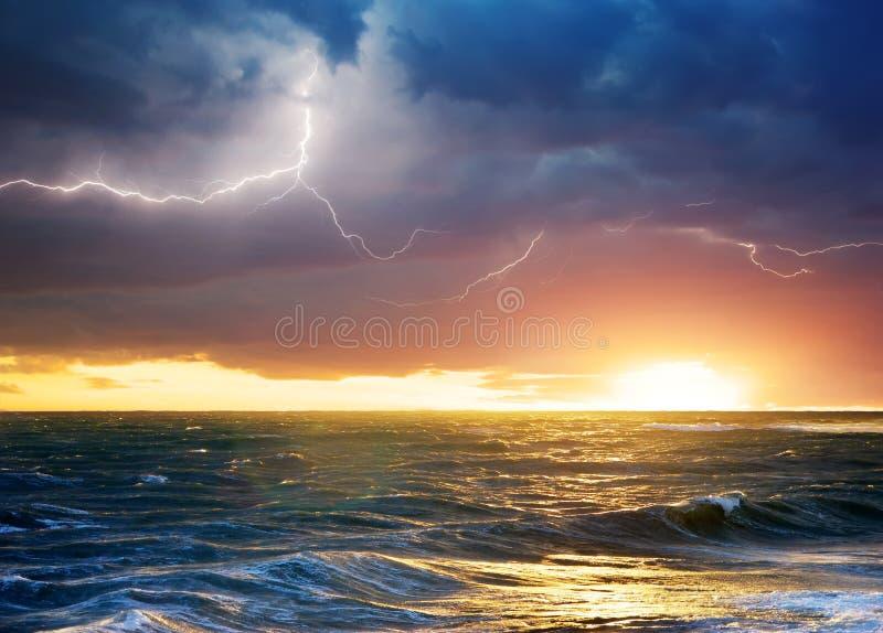 Onweer op het overzees stock fotografie