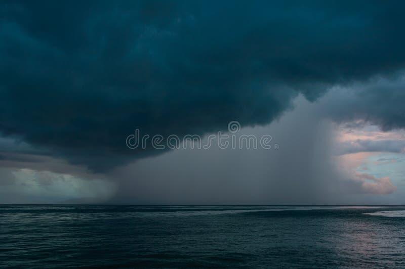 Onweer op het overzees royalty-vrije stock afbeelding
